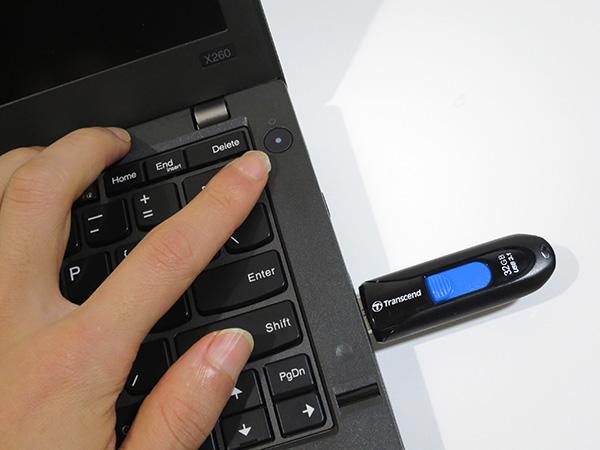 リカバリーメディアをUSB端子に挿して電源ボタンを押す