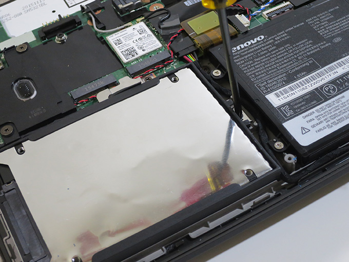 X260 SSDを固定しているネジ1本を外す