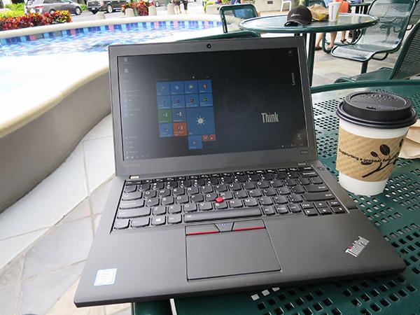 カフェのテラス席でThinkPad X260 ディスプレイもきれいに見える