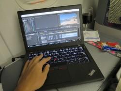 デルタ飛行機内 X260でハワイの動画編集