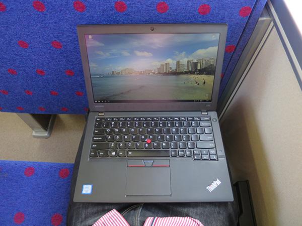 電車内の座席に座って膝の上でThinkPad X260
