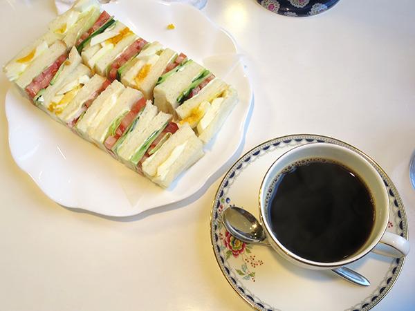 喫茶ワンモアのサンドウィッチとコーヒー