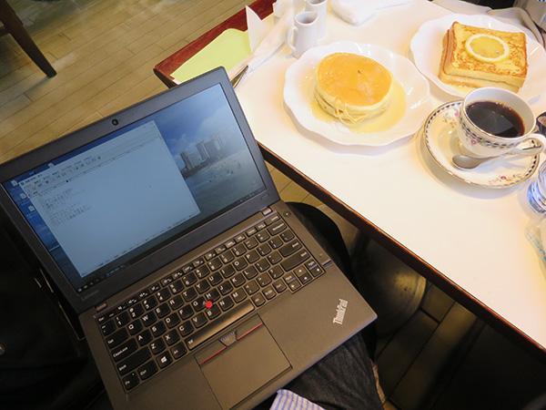 カフェ ワンモア でThinkpad X260を膝の上にのせて打ち合わせ