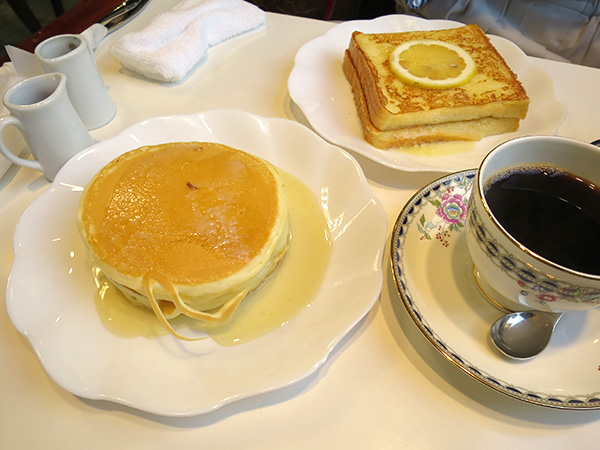 喫茶店 ワンモア でフレンチトーストとホットケーキ