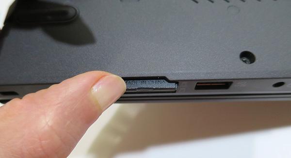 X260 持ち上げるとSDカードが取り外しやすい