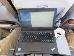 エコノミーの座席でパソコンを置いてさらに珈琲も置ける