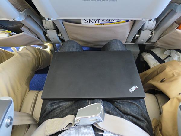 X260を飛行機内で膝の上に置いてみる
