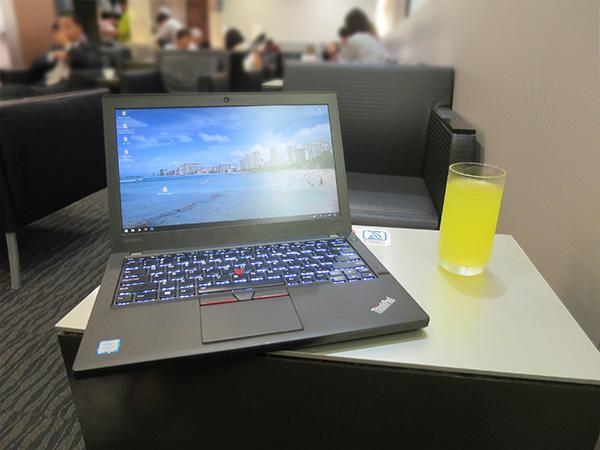 那覇空港のラウンジで ノートパソコン ThinkPad X260を開いて一仕事