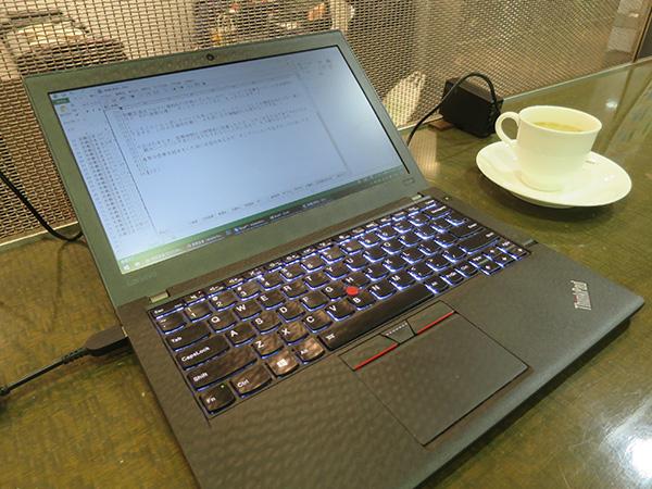 那覇空港のラウンジでThinkpad X260を充電中