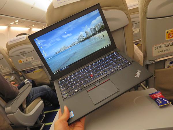 飛行機内でThinkPad X260を片手持ち
