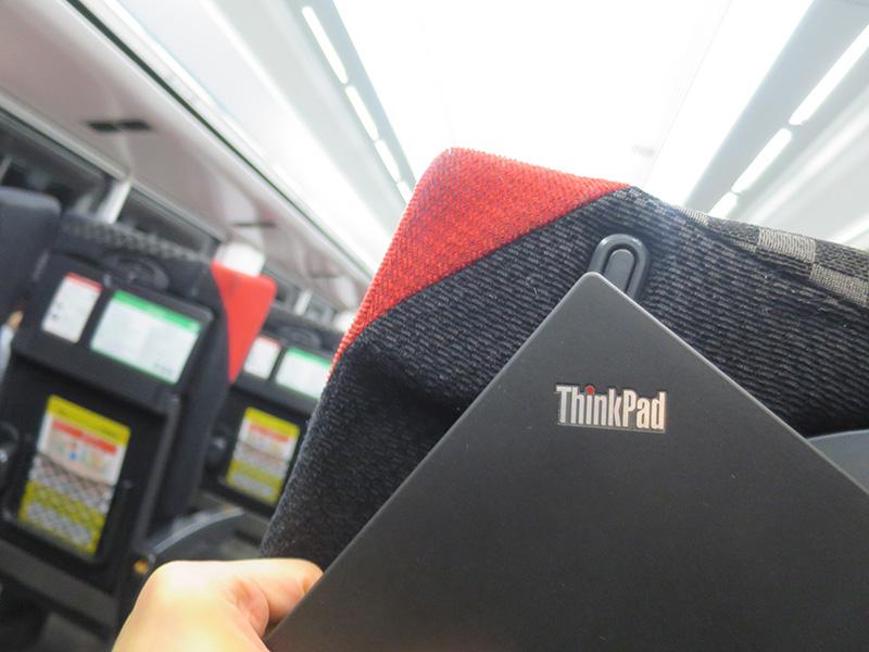 ThinkPad カラーの成田エクスプレス X260のパワードUSB3.0端子でスマホを充電