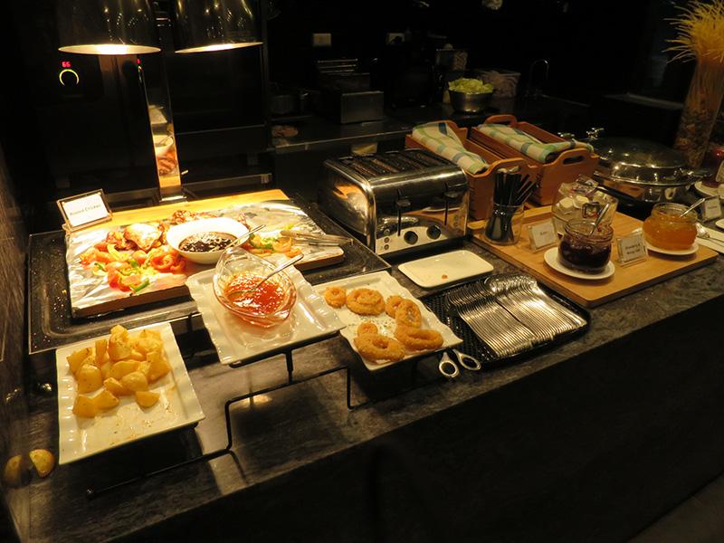 マクタンセブ空港内のラウンジは食事が充実してる