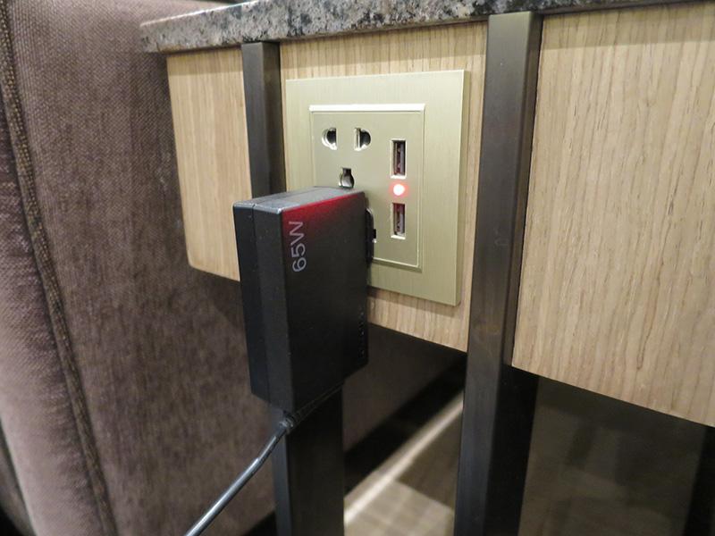 マクタンセブ空港ラウンジは電源完備